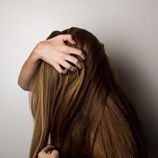 5 aceites esenciales que puedes mezclar con tu champú para que tu cabello crezca más rápido