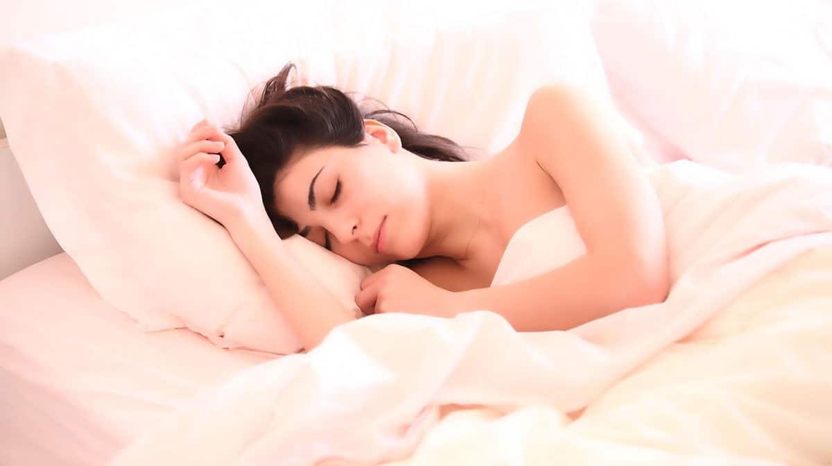 ¿Cómo pueden los aceites esenciales mejorar su sueño?