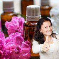 señorita aprovando el aceite esencial